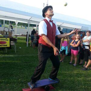 jongler-balles-sur-planche